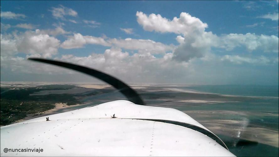 Avioneta con el mar al fondo