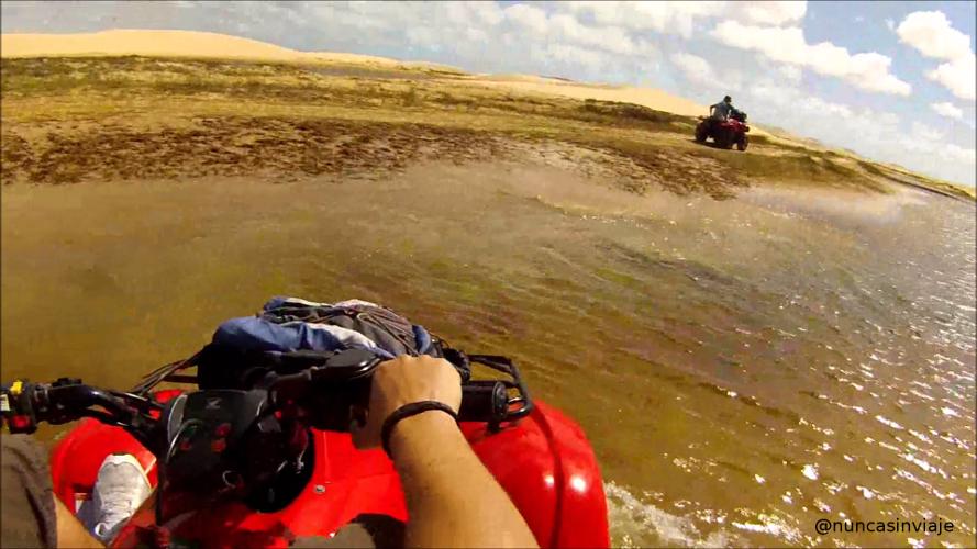 Un quad atraviesa una charca de agua