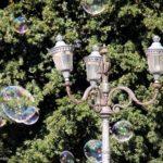 Farola y pompas de jabón en un parque de Roma