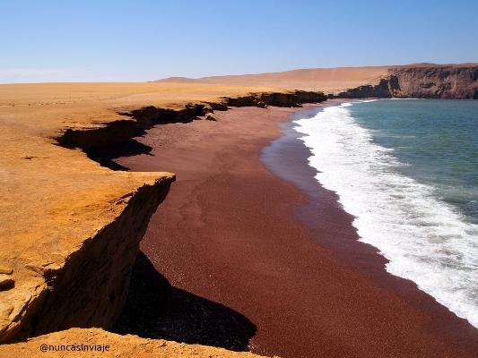 Playa Roja en la Reserva Nacional de Paracas