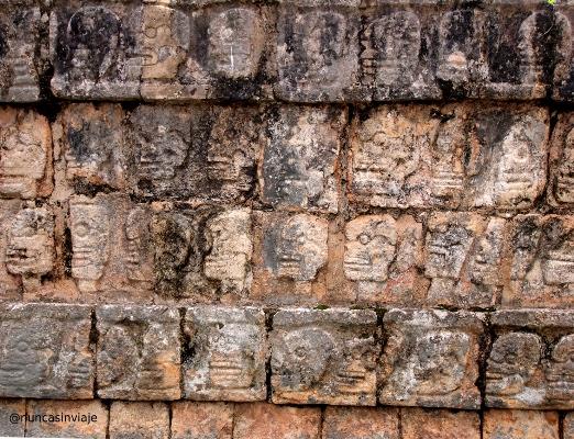 Ruinas en Riviera Maya: relieves de calaveras en Chichén Itzá