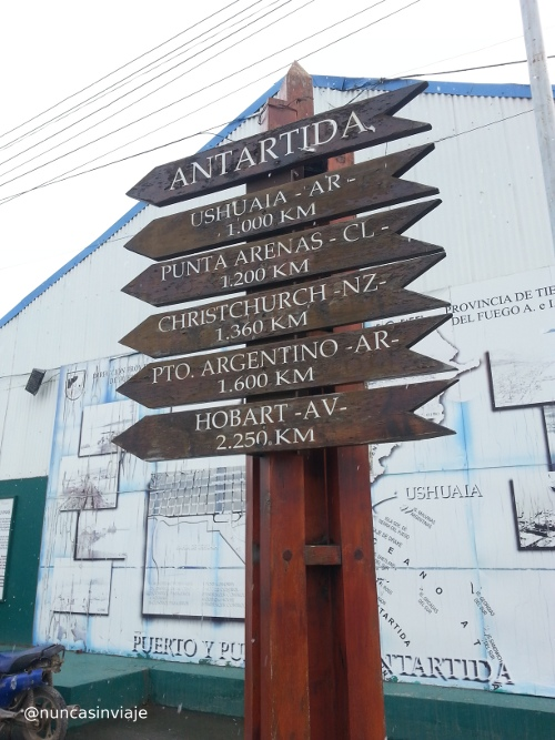 Cartel que indica la distancia hasta la  Antártida en Ushuaia