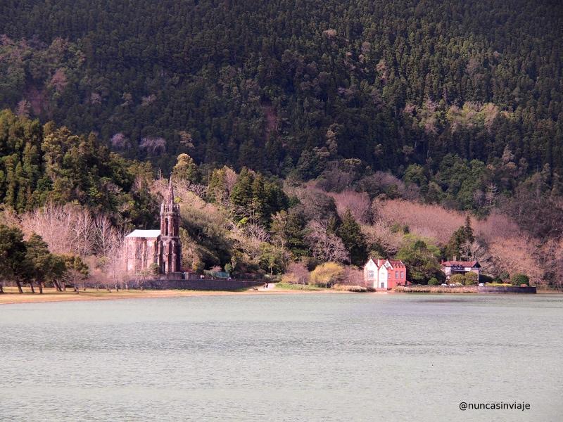Lagoa das Furnas con su iglesia