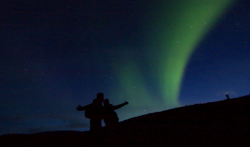 Tomás y Raquel con una aurora boreal