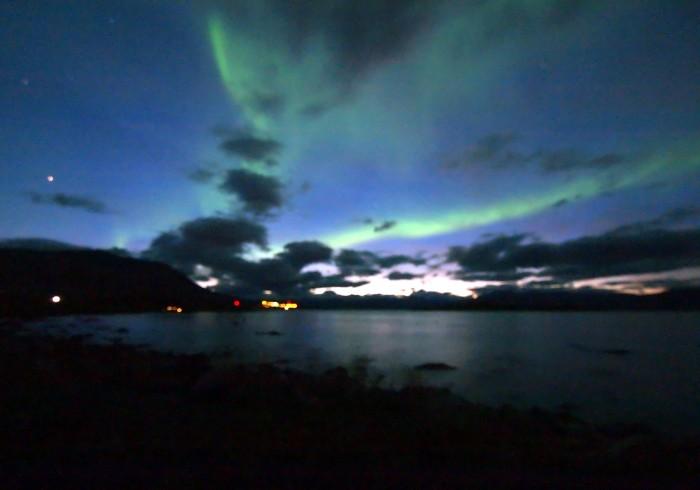aurora sobre el lago de noche