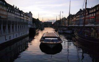 Puerto nuevo en Copenhague de noche