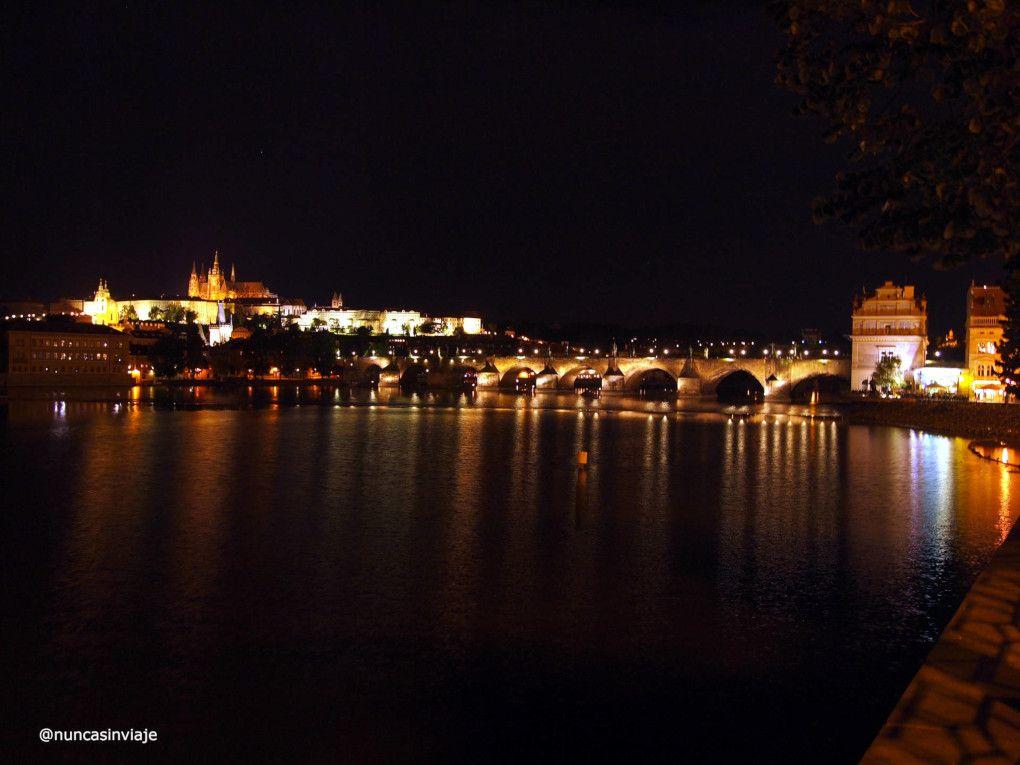 Praga de noche, con el Puente de Carlos y el castillo