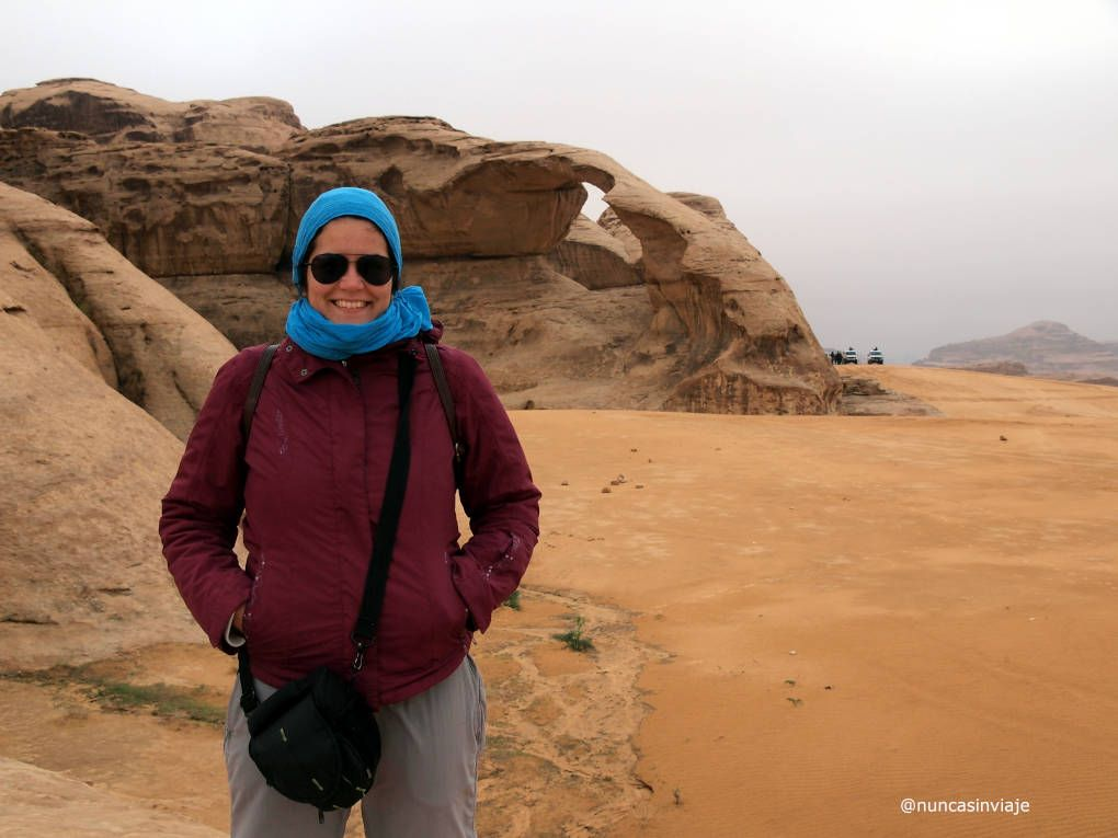 Raquel con un arco en Wadi Rum