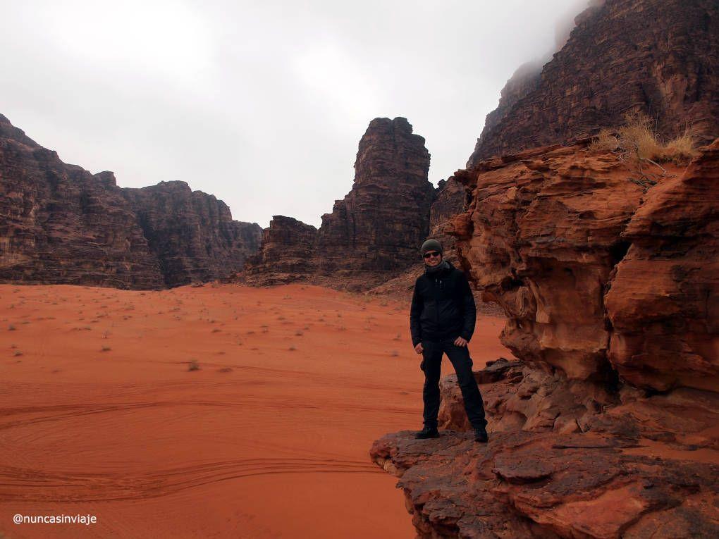 Tomás en el desierto de Wadi Rum
