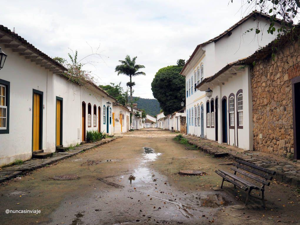 Calle de tierra en la ciudad