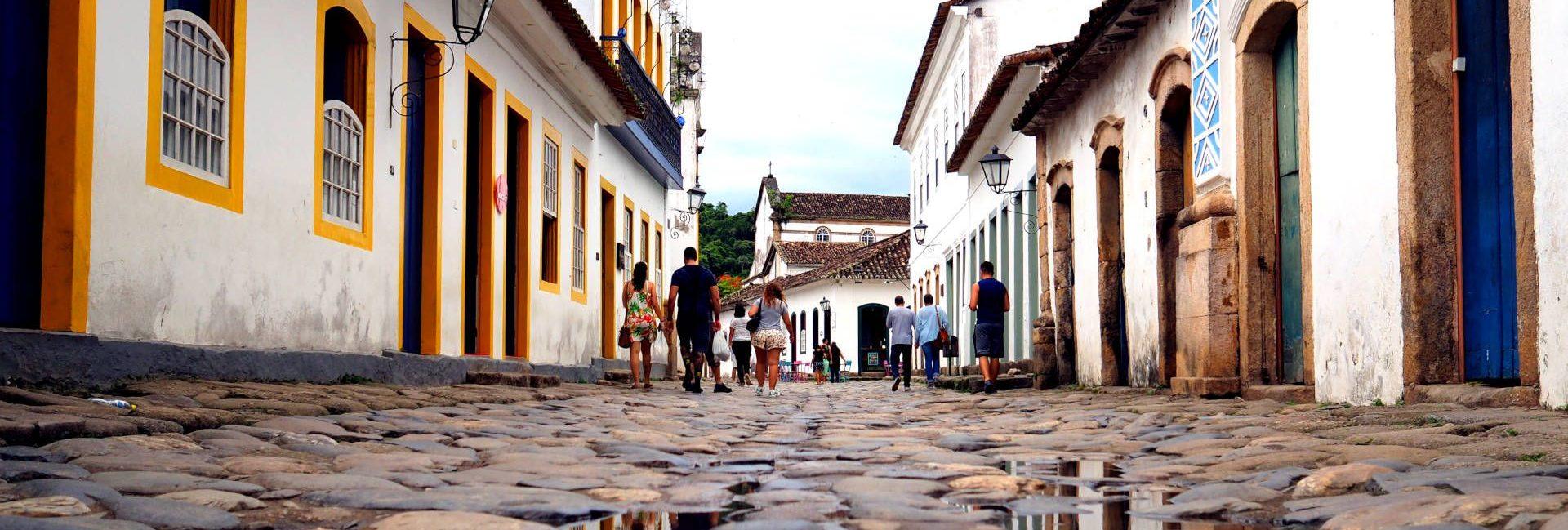 calle y reflejos en Paraty
