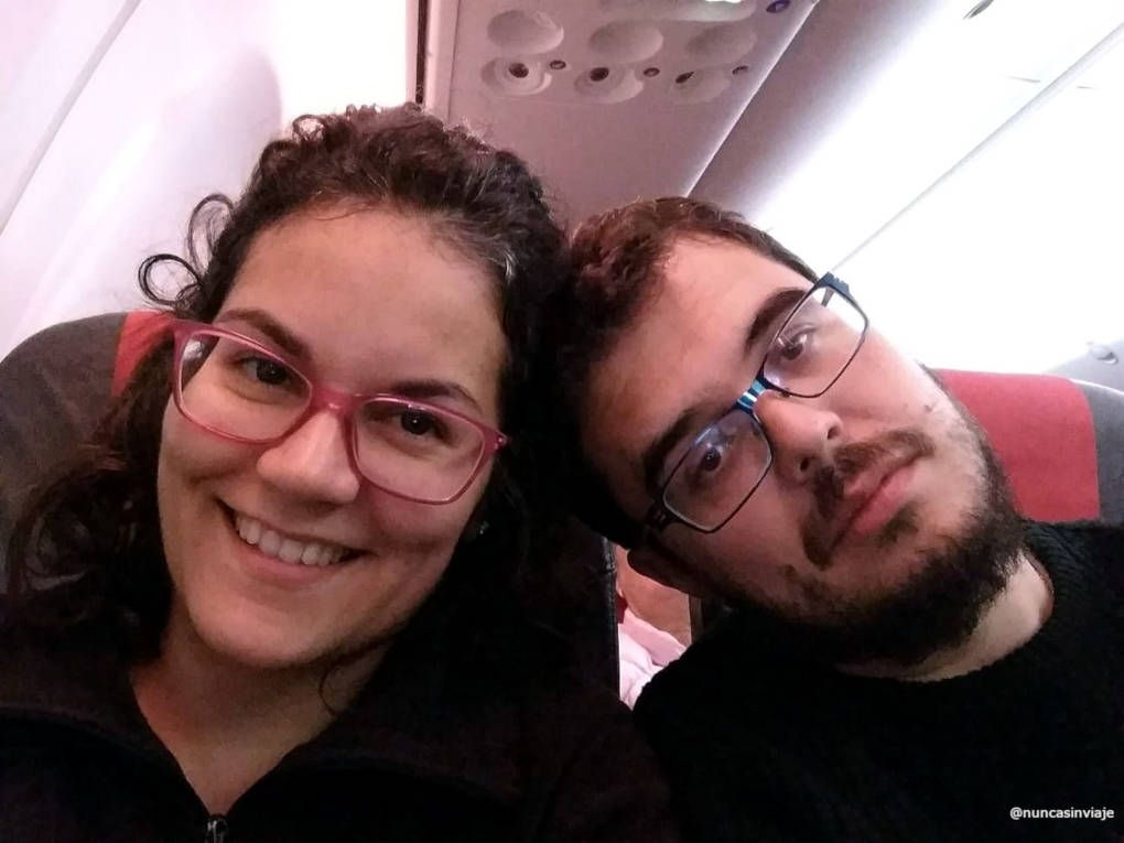 Tomás y Raquel en un avión