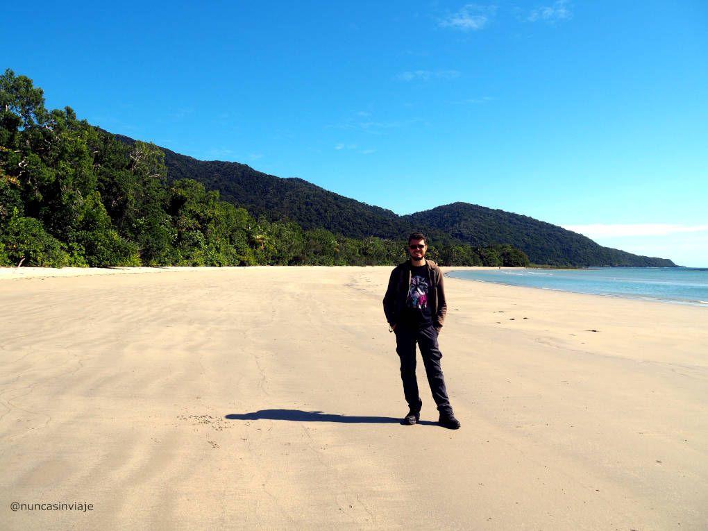 Playa en Cape Tribulation, donde la selva y el mar se unen.