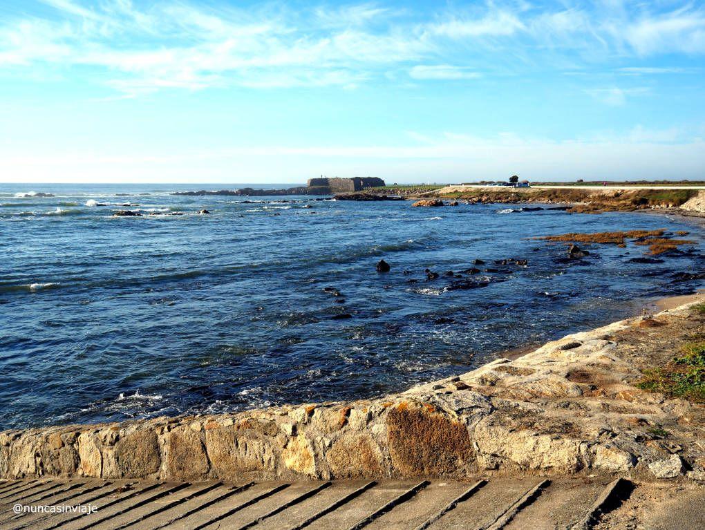 Playa con el Fuerte al fondo