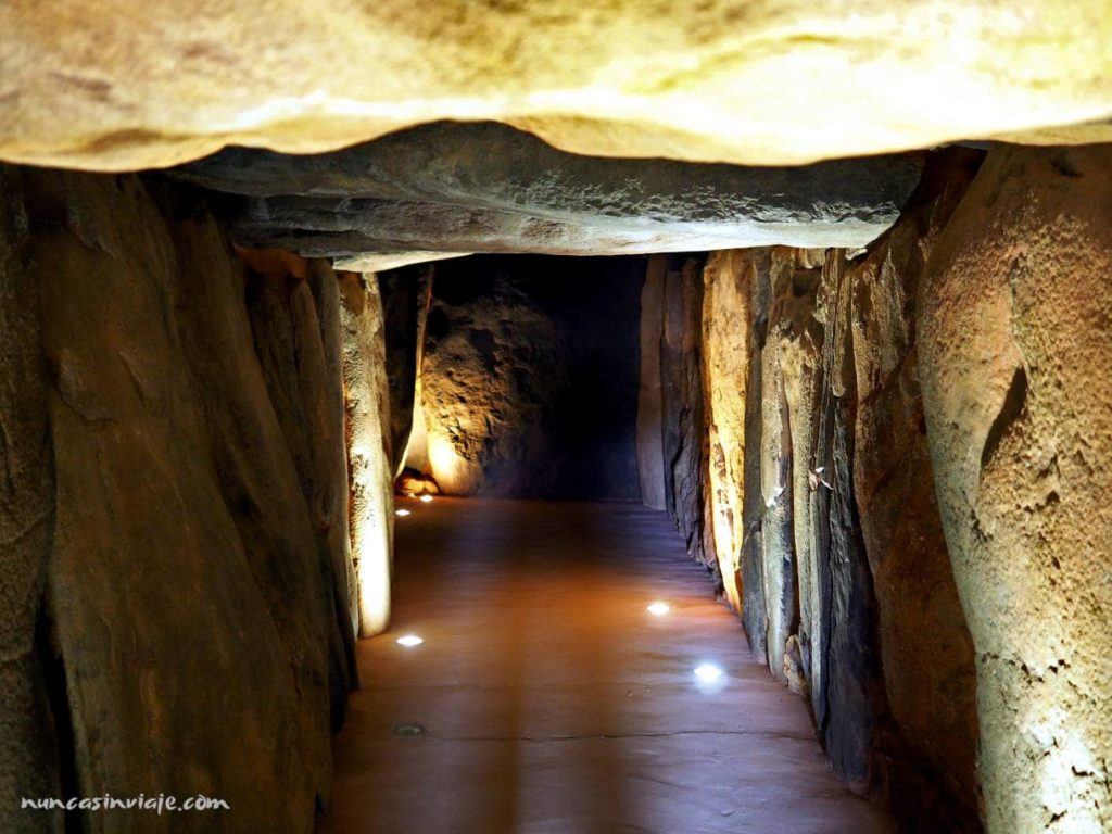 Ortostatos que conforman la galería del megalito en Trigueros