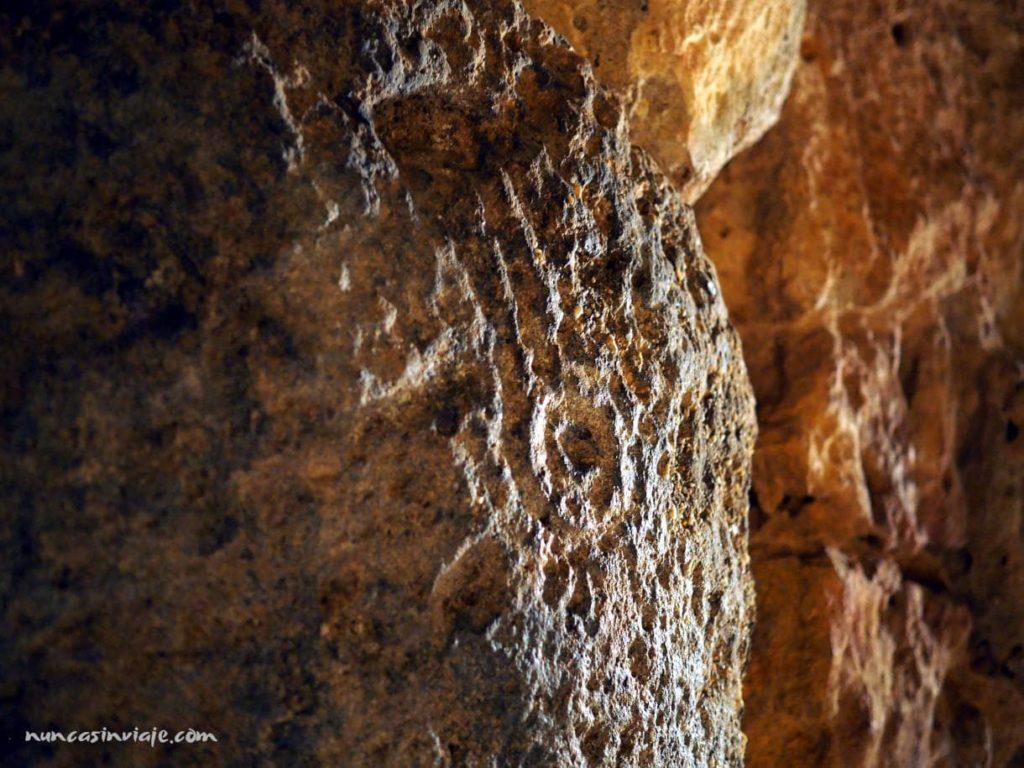 Dibujos grabados en las piedras