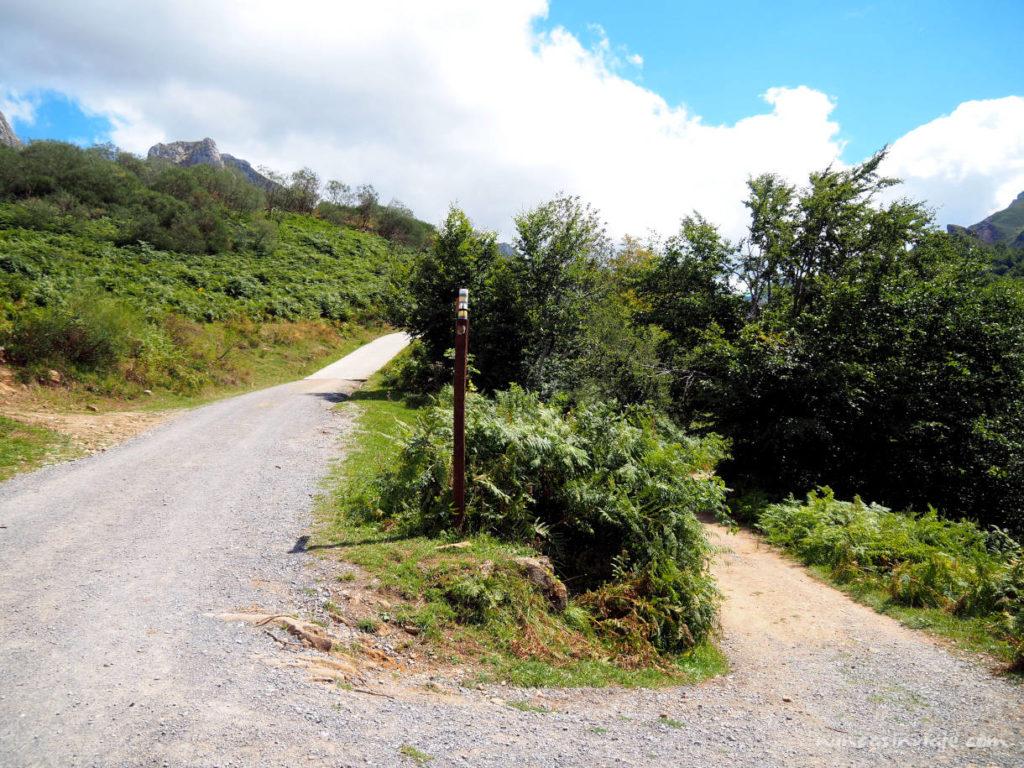 Bifurcación en el camino hacia el Lago del Valle