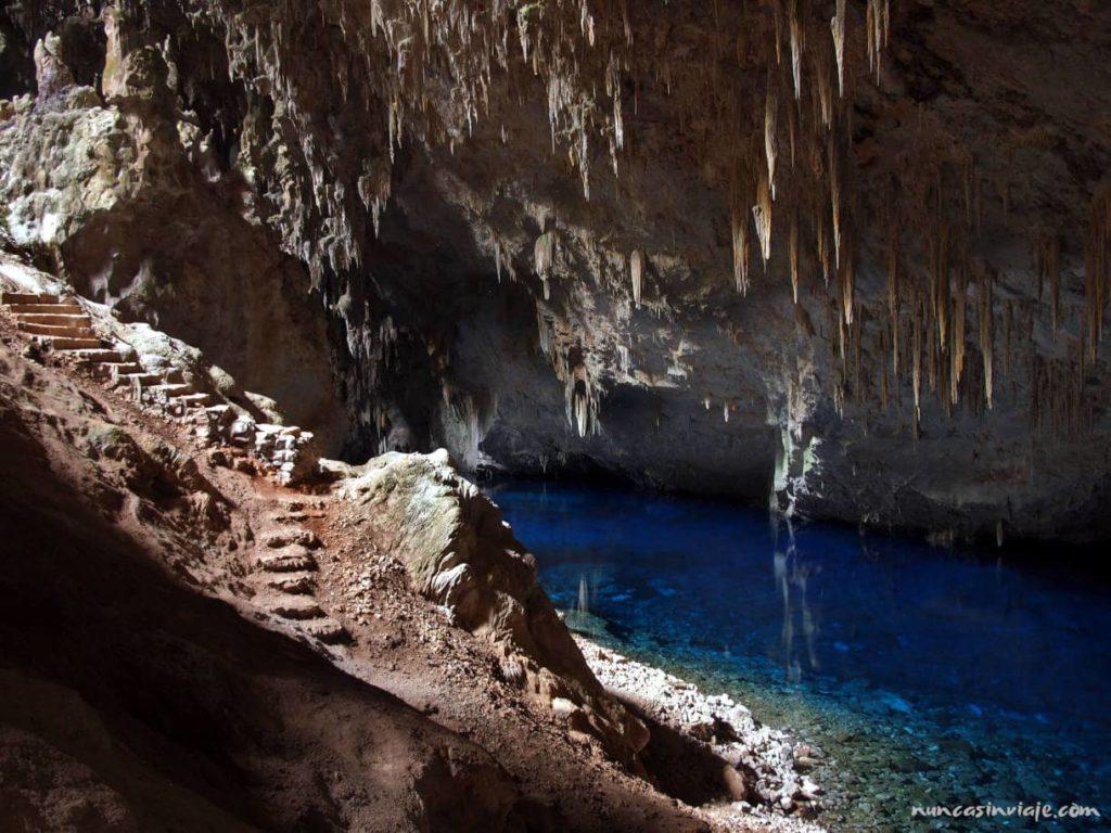Escaleras de entrada a la Gruta do Lago Azul