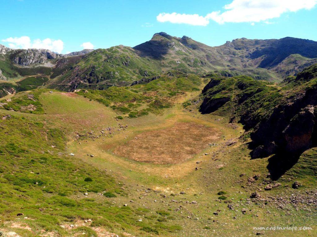 Laguna de la Mina en la ruta de los lagos de Saliencia