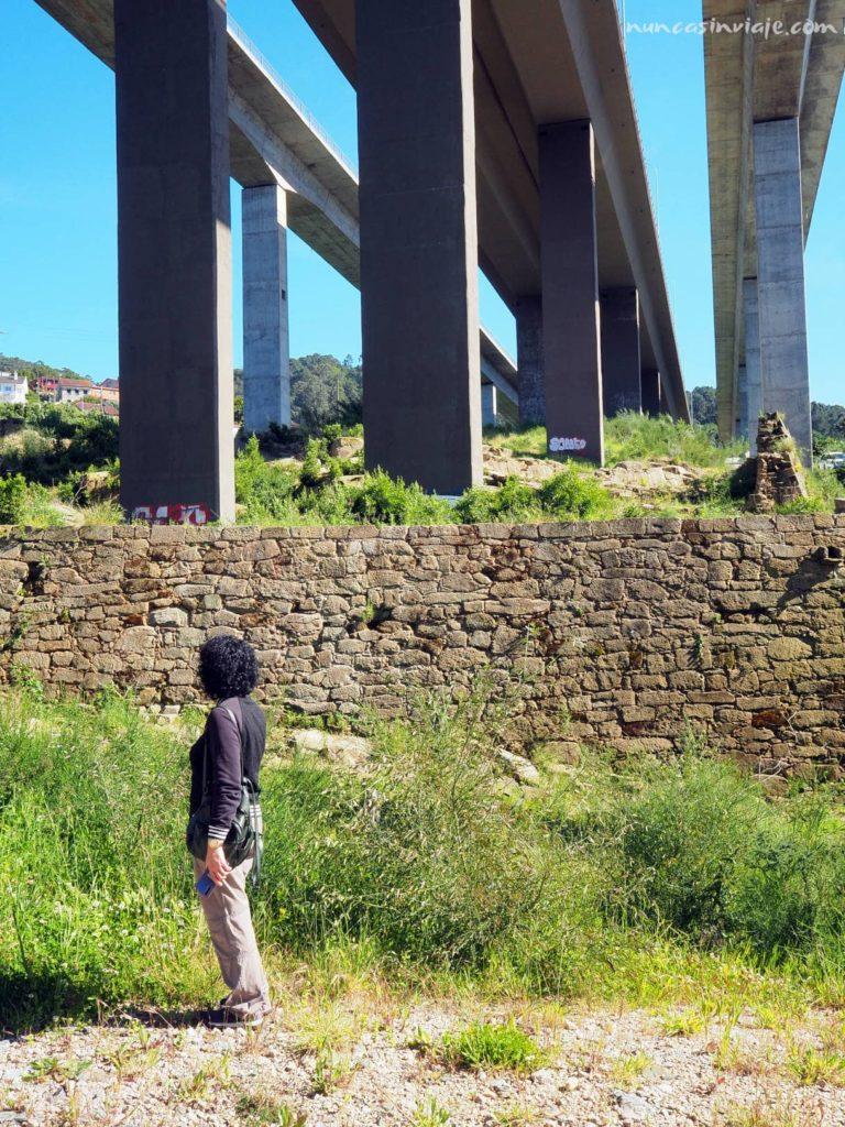 Ruinas bajo el puente de Rande