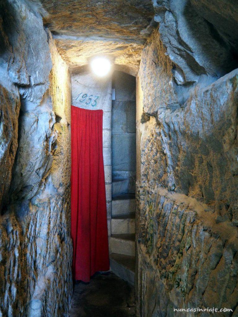 Escaleras en el interior de la Virgen de la Roca