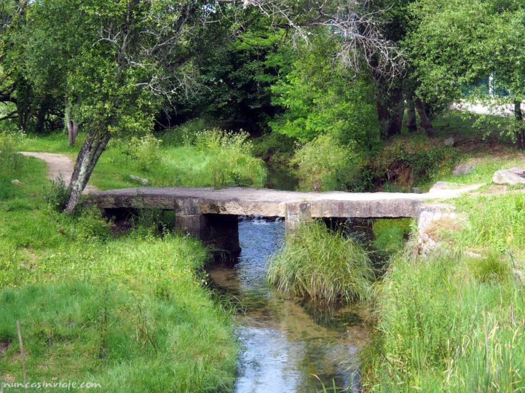 Sendero en el río Pexegueiro en Redondela