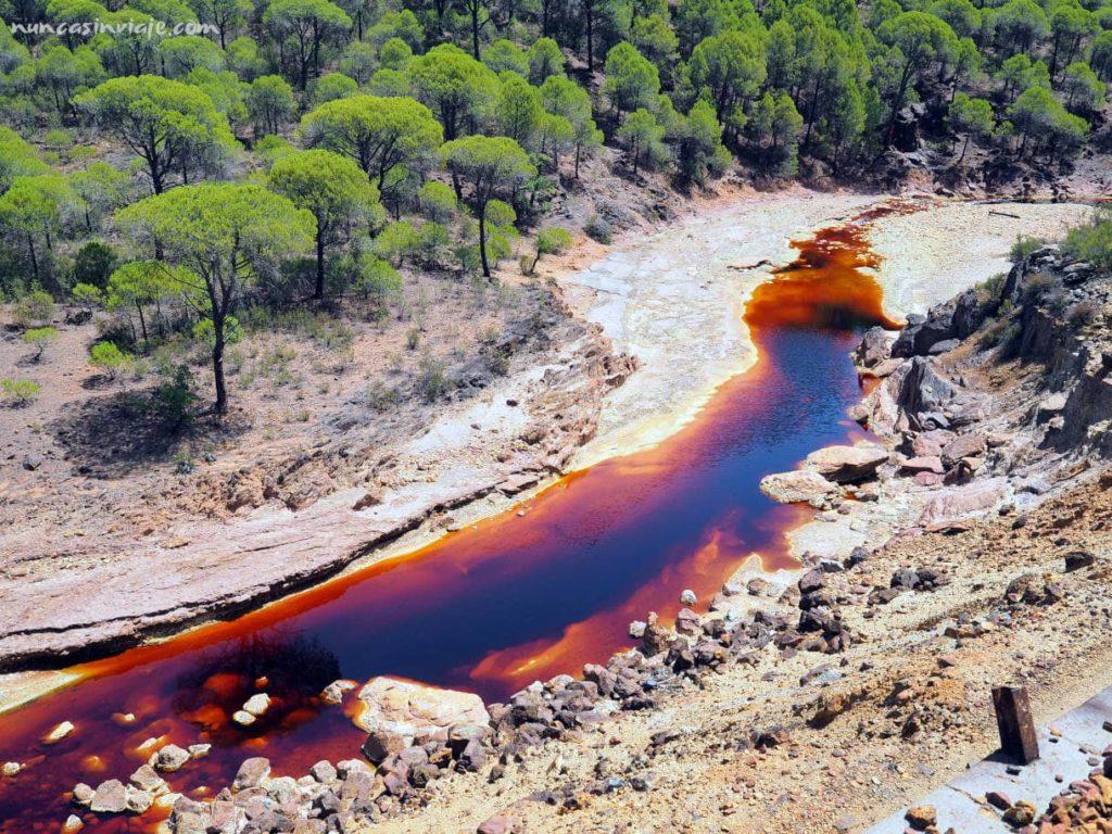 Río de color rojo