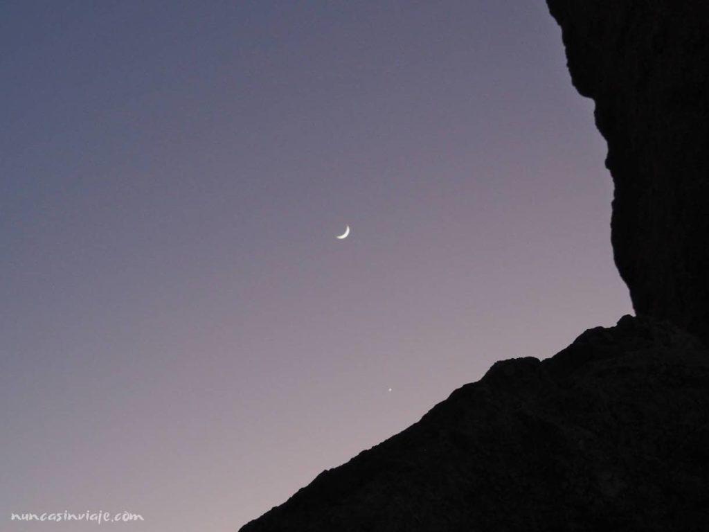 Vista de la luna junto al roque
